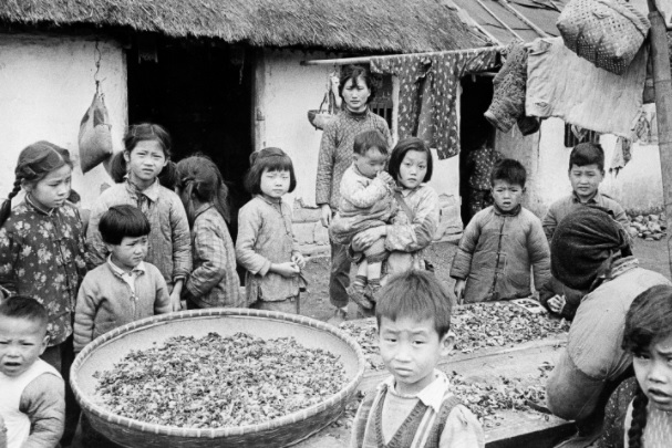 black and white photo of chinese children in a village in Communist China during China's most recent famine from 1959 to 1962