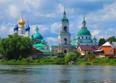 postcard like photo image of Yaroslavl, a city set on the banks of the Volga river in Russia, with a population of 500,000.